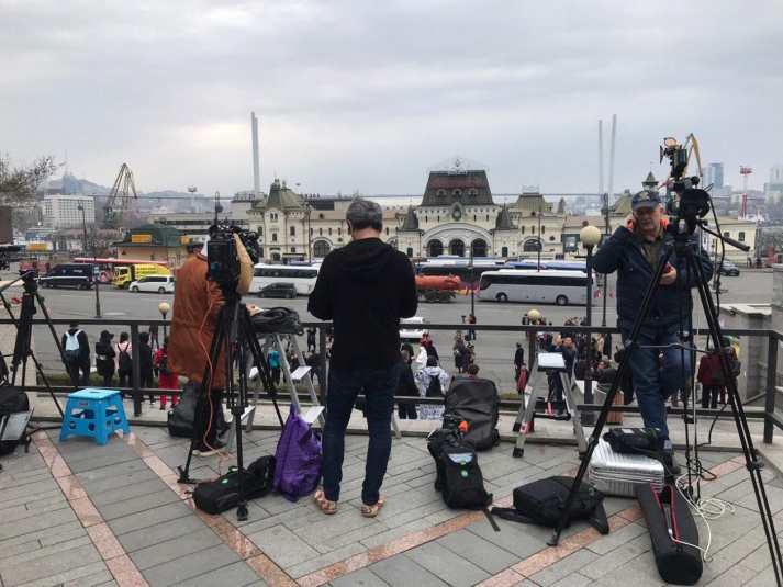 Приезд Ким Чен Ына на ж/д вокзале Владивостока караулят больше сотни журналистов