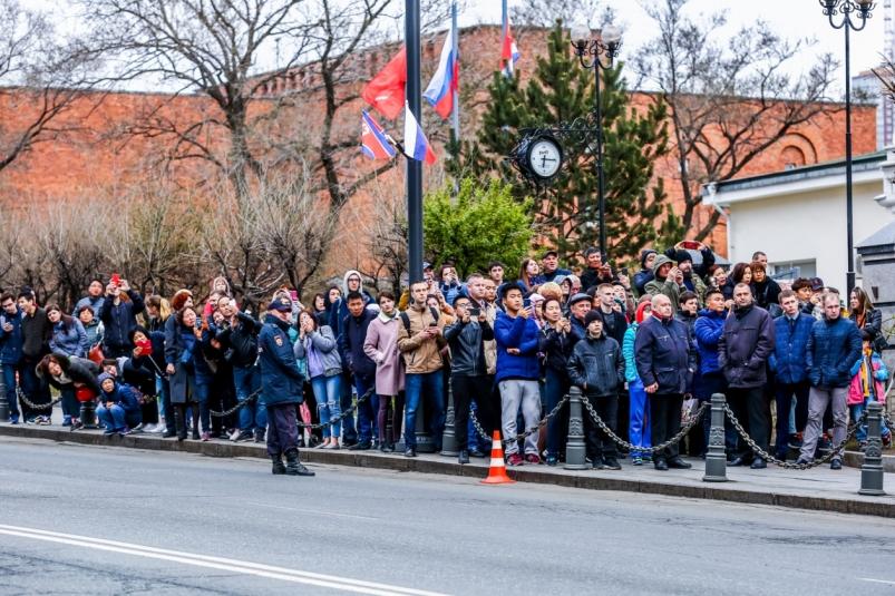 Два ковра, военный оркестр и пустые дороги: Владивосток встретил Ким Чен Ына
