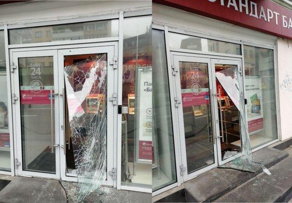 С Первомаем! Во Владивостоке вскрыли банк на глазах у полиции