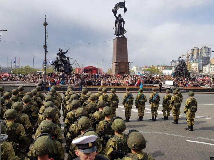 Владивосток отметил День Победы парадом и шествием «Бессмертного полка» (фото, видео)