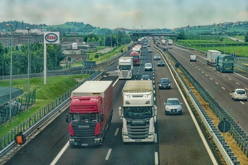 Водителей тяжелых машин будут штрафовать за проезд по дорогам в жару