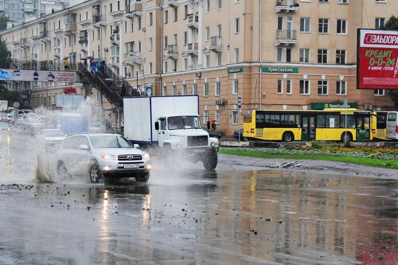 Стихия бушует во Владивостоке: пробки, лужи и поваленные деревья
